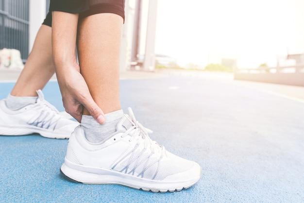 손을 잡고 운동 달리기와 달리기 트랙에서 조깅 사이의 발목 부상 사고.