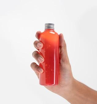 Рука, держащая продукт напитка на пластиковой бутылке