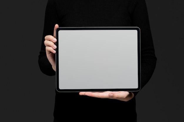 デザインスペースと空白のタブレットを持っている手