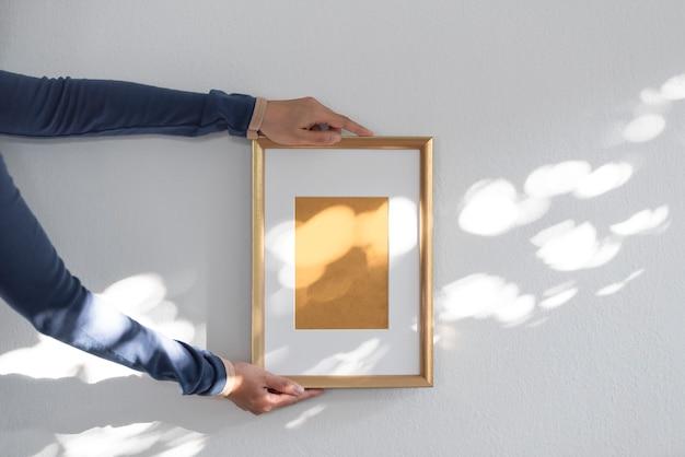 손을 잡고 디자인 이랑 템플릿에 대 한 빈 흰색 사진 프레임.