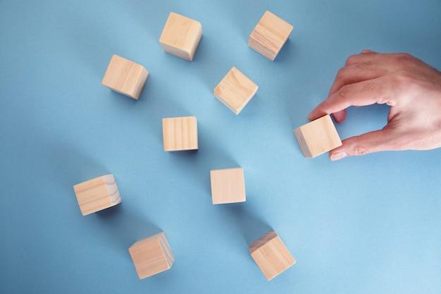 손을 잡고 빈 나무 블록 큐브, 비즈니스 개념 배경