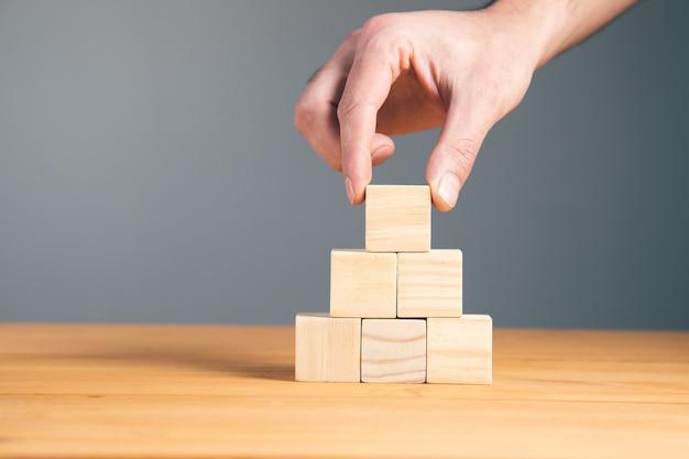 손을 잡고 빈 나무 블록 큐브, 비즈니스 개념