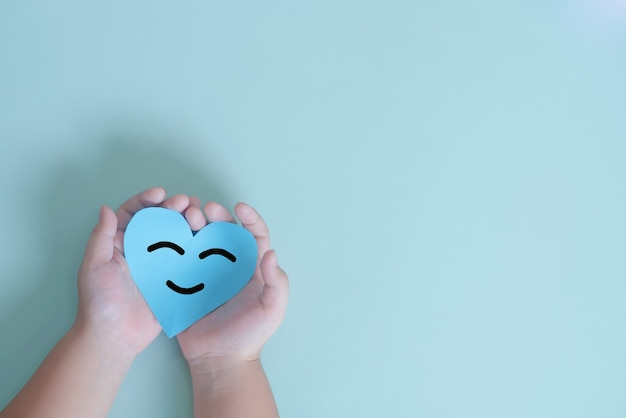 손을 잡고 파란색 종이 컷 행복한 미소 얼굴 긍정적인 생각 정신 건강 평가 세계 나