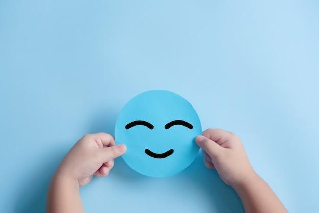 파란색 종이를 들고 손을 잡고 행복한 미소 얼굴 긍정적인 생각 정신 건강 평가
