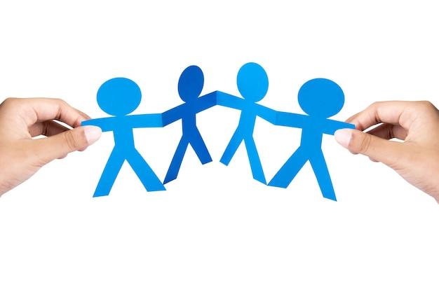 Рука синих людей бумаги, взявшись за руки с белым фоном. концепция всемирного дня народонаселения