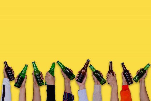 맥주 병을 들고 손