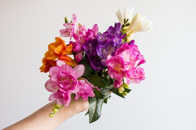 Mano che tiene il mazzo di fiori