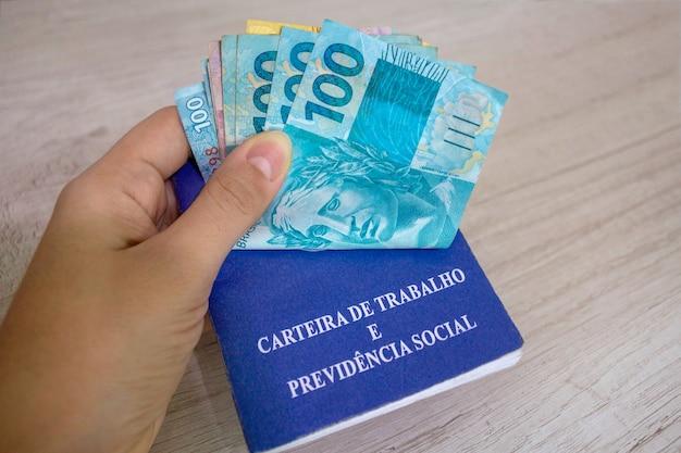손을 잡고 브라질 돈과 작업 카드