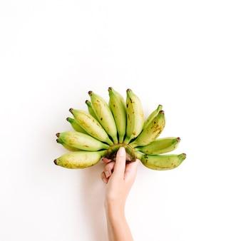分離されたバナナの束を持っている手