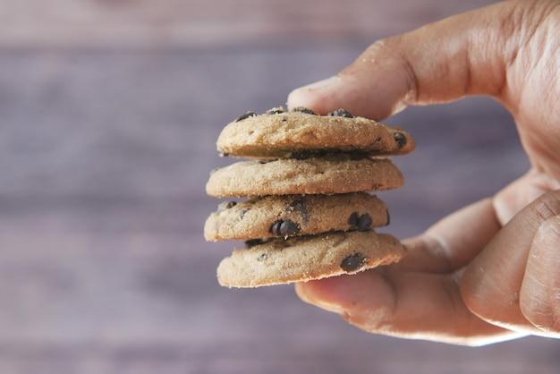 손을 잡고 초콜릿 칩 쿠키를 닫습니다.