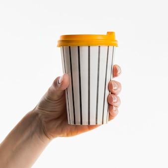 コーヒーカップを持っている手