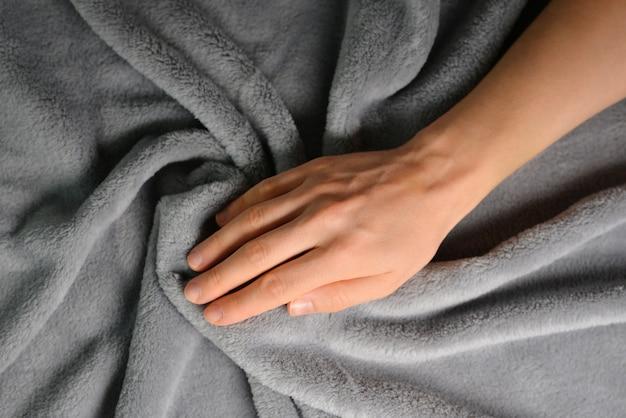 손을 잡고 면 패브릭 패턴 회색 색상 아늑하고 따뜻한 촉감 개념