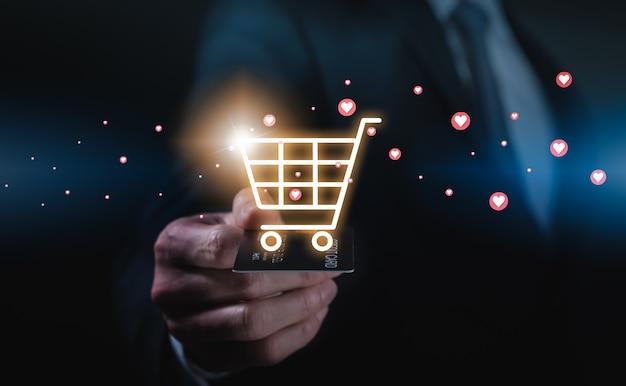 손을 잡고 신용 카드를 들고 마음, 쇼핑 및 온라인 결제가 있는 카트 아이콘을 표시합니다.
