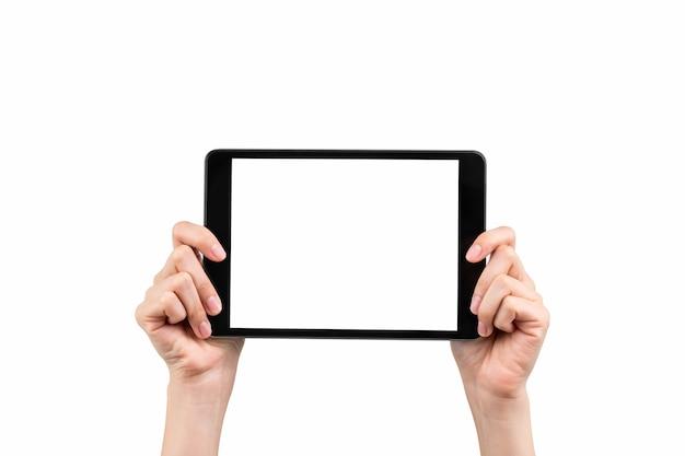 孤立した空白の画面のデジタルタブレットのモックアップを保持している手。画面を使って広告を出します。