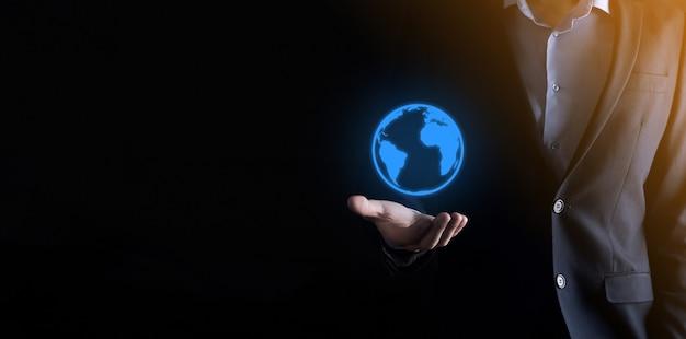 Рука, держащая значок электронной почты, свяжитесь с нами по электронной почте информационного бюллетеня и защитите свою личную информацию