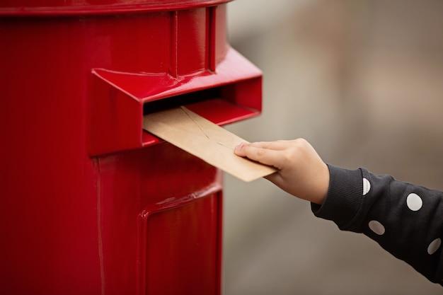 Рука держит конверт