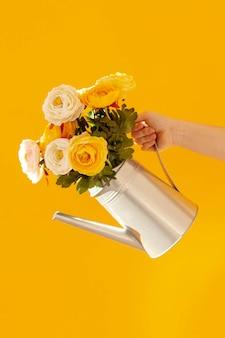 Рука держит цветочный горшок