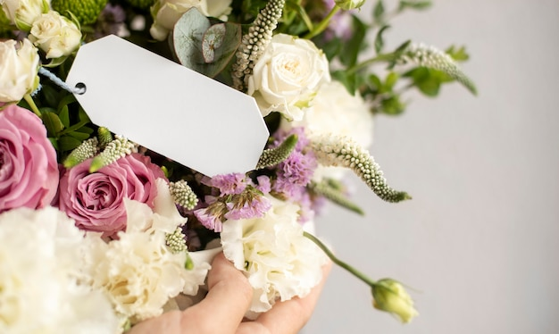 Рука держит букет цветов крупным планом