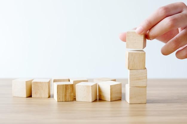 手、4つの空の木製の立方体