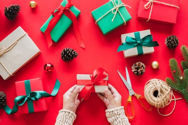 クリスマスと新年あけましておめでとうございますのコンセプトのための手持ちギフトプレゼントボックス。