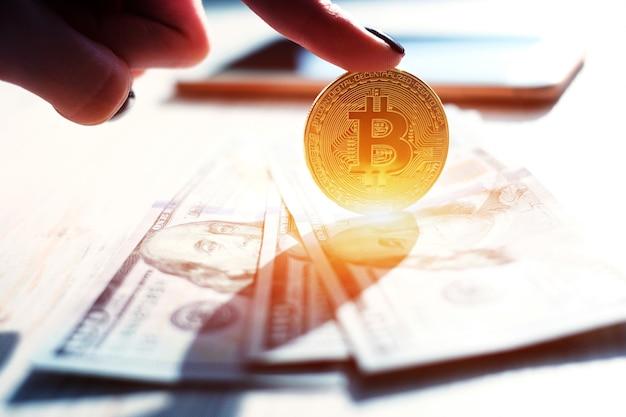 Рука золотой биткойн виртуальных денег.