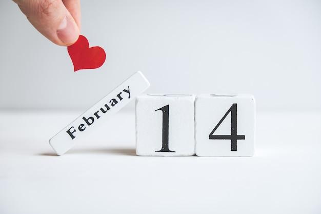 バレンタインデーの2月14日にハートを持っている手。