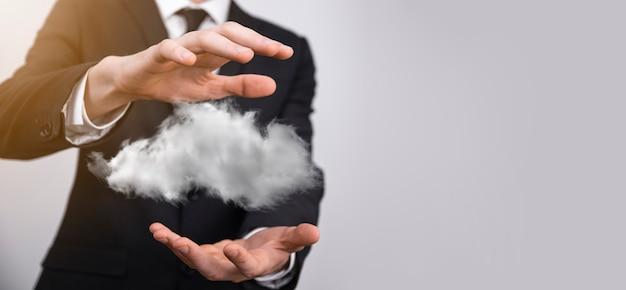 Рука, держащая значок облачных вычислений сети и значок данных о подключении информации в руке. концепция облачных вычислений и технологий.