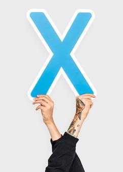Mano che tiene il segno della lettera x.