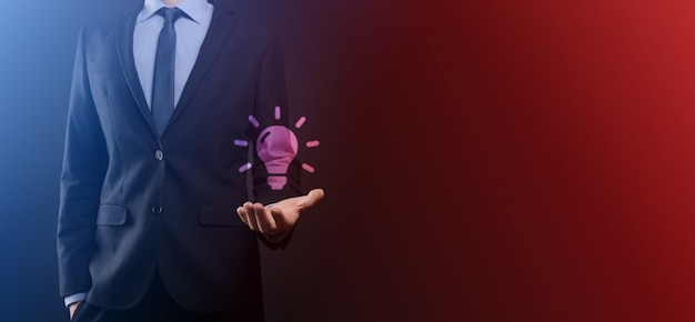Рука, держащая лампочку. значок умной идеи изолирован. инновации, значок решения. энергетические решения. концепция идеи власти. электрическая лампа, изобретение техники. человеческая ладонь. деловое вдохновение.