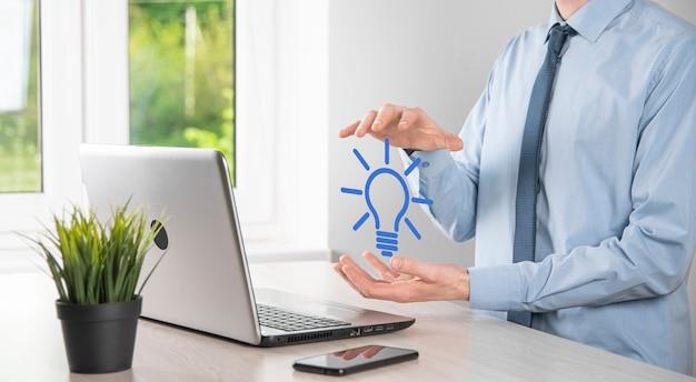 손을 잡고 전구입니다. 스마트 아이디어 아이콘이 격리되었습니다. 혁신, 솔루션 아이콘입니다. 에너지 솔루션. 전원 아이디어 개념입니다. 전기 램프, 기술 발명. 인간의 손바닥. 비즈니스 영감.