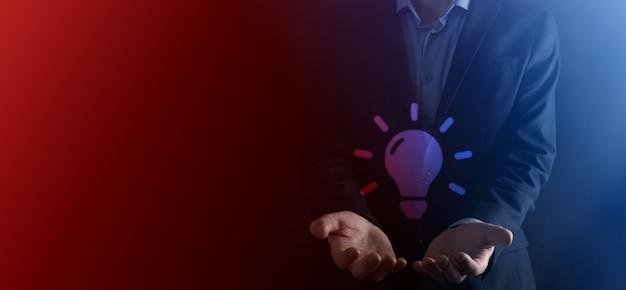 Рука, держащая лампочку. значок умной идеи изолирован. инновации, значок решения. энергетические решения