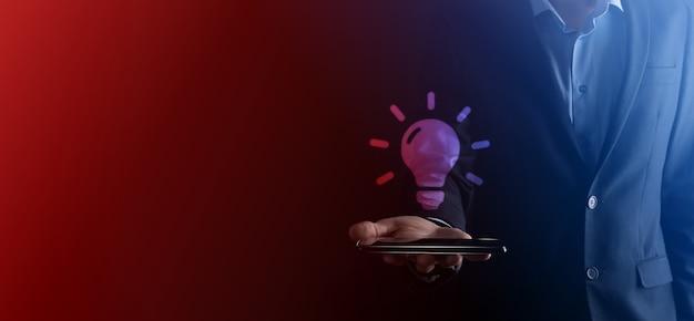 손을 잡고 전구. 고립 된 스마트 아이디어 아이콘입니다.