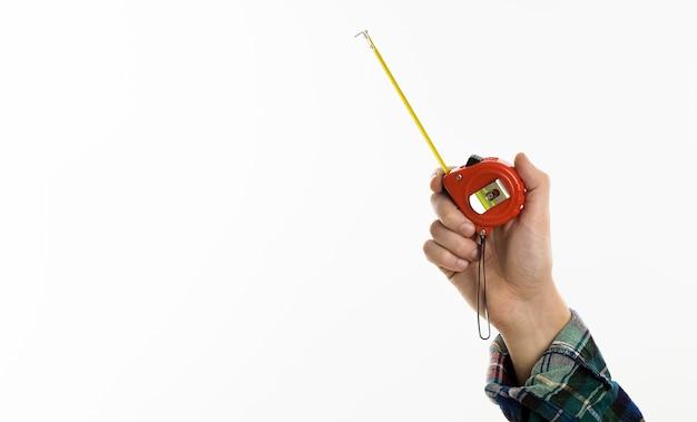 Рука держит измерительную ленту