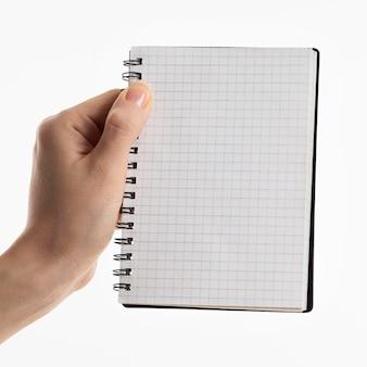Рука, держащая ноутбук