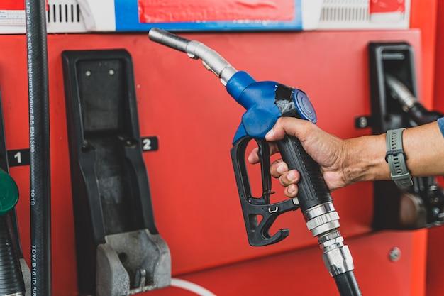 Рука топливораздаточная колонка бензонасоса концепция транспортировки топлива бензинового масла