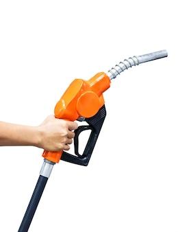 白い背景で隔離のオレンジ色の燃料ノズルを持っている手