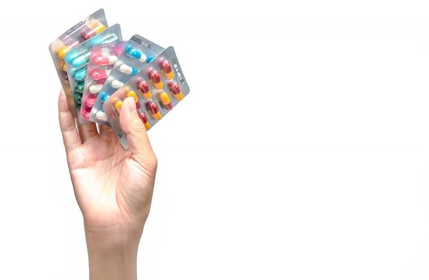 分離された抗生物質カプセル錠剤のパックを持っている手。薬物の投与または投与。抗生物質の乱用。抗菌薬耐性。