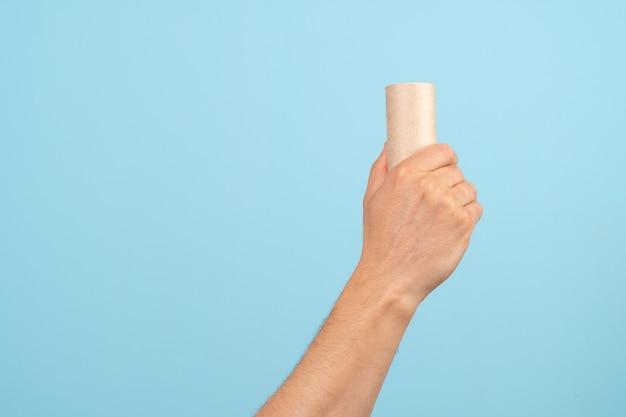 紙のゴミを持っている手