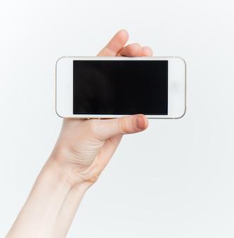 Рука держит телефон с черным экраном