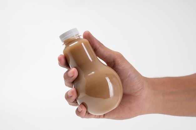 ペットボトル製品を手に持つ