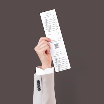 Рука, держащая квитанцию для торговой кампании