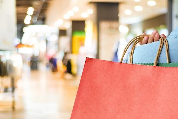 手、赤、買い物、袋、ぼかし、背景、コピー、スペース、テキスト、テンプレート、ビジネスコンセプト