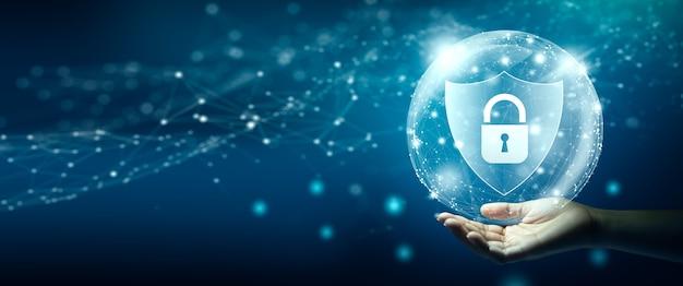 Рука, держащая щит со значком висячего замка блокировка кибер-атак кибер-данные и конфиденциальность информации