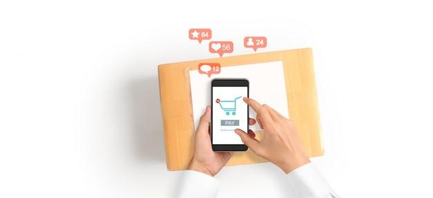 スマートフォンデバイスを押しながら画面に触れる手、ビジネスオーナーが働いています。オンラインショッピングsme起業家