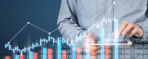 Рука смартфон устройства и касаясь экрана. концепция фондового рынка
