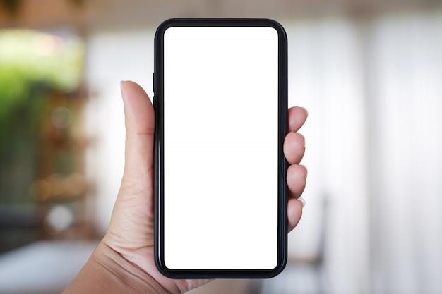 Рука смартфон с пустым экраном для приложения на интерьер кафе