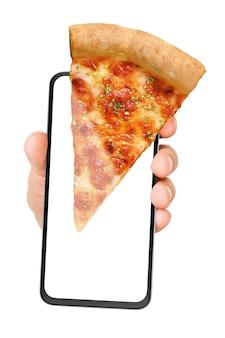 白で隔離の画面にピザマルゲリータのスライスとスマートフォンを持っている手。オンライン食品注文。