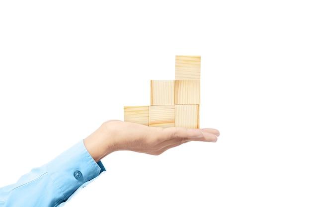 손을 잡고 흰색 배경 위에 절연 나무 블록 장난감의 스택