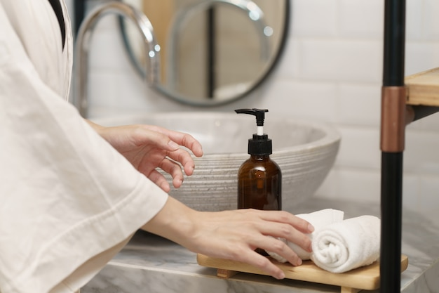 화장실에서 싱크대에 수건을 들고 손입니다.
