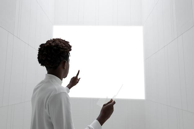 透明なタブレットデジタル画面を持っている手
